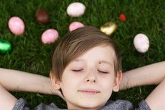 Ευτυχές αγόρι με τα εορταστικά αυγά Πάσχας στοκ εικόνες με δικαίωμα ελεύθερης χρήσης