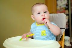 Ευτυχές αγόρι νηπίων μωρών που τρώει το γεύμα Στοκ φωτογραφία με δικαίωμα ελεύθερης χρήσης