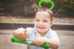 Ευτυχές αγόρι νηπίων σε ένα trike στοκ φωτογραφία με δικαίωμα ελεύθερης χρήσης