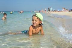 Ευτυχές αγόρι παιδιών που περπατά τη θερινή παραλία Στοκ Φωτογραφία
