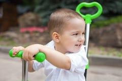 Ευτυχές αγόρι παιδιών σε ένα trike στοκ εικόνες με δικαίωμα ελεύθερης χρήσης