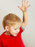 Ευτυχές αγόρι παιδιών που κάνει τα αστεία ανόητα πρόσωπα Στοκ Εικόνα