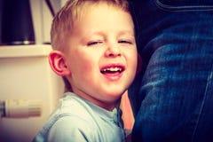 Ευτυχές αγόρι παιδιών που κάνει τα αστεία ανόητα πρόσωπα Στοκ εικόνες με δικαίωμα ελεύθερης χρήσης