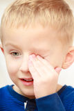 Ευτυχές αγόρι παιδιών που κάνει τα αστεία ανόητα πρόσωπα Στοκ Εικόνες