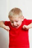 Ευτυχές αγόρι παιδιών που κάνει τα αστεία ανόητα πρόσωπα Στοκ φωτογραφία με δικαίωμα ελεύθερης χρήσης