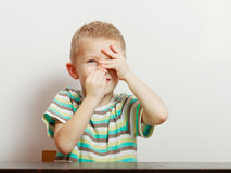 Ευτυχές αγόρι παιδιών που φαίνεται ευθύ στη κάμερα Στοκ Φωτογραφία