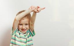 Ευτυχές αγόρι παιδιών που φαίνεται ευθύ στη κάμερα Στοκ εικόνες με δικαίωμα ελεύθερης χρήσης