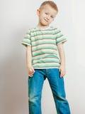 Ευτυχές αγόρι παιδιών που φαίνεται ευθύ στη κάμερα Στοκ φωτογραφίες με δικαίωμα ελεύθερης χρήσης