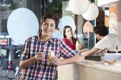 Ευτυχές αγόρι που έχει το παγωτό στην αίθουσα στοκ εικόνες με δικαίωμα ελεύθερης χρήσης