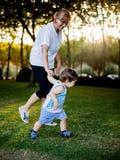 Ευτυχές αγόρι που κάνει τα αστείες πρόσωπα και τις εκφράσεις περπατώντας με τη γιαγιά του Στοκ εικόνα με δικαίωμα ελεύθερης χρήσης