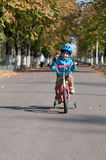 Ευτυχές αγόρι που οδηγά το μικρό ποδήλατό του Στοκ φωτογραφία με δικαίωμα ελεύθερης χρήσης