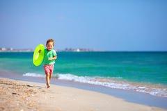 Ευτυχές αγόρι που τρέχει την παραλία, που εκφράζει την απόλαυση Στοκ εικόνες με δικαίωμα ελεύθερης χρήσης