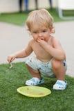 Ευτυχές αγόρι που τρώει το κέικ σοκολάτας Στοκ Εικόνες