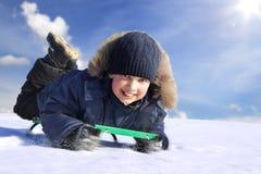 Ευτυχές αγόρι στο έλκηθρο Στοκ φωτογραφία με δικαίωμα ελεύθερης χρήσης