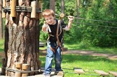 Ευτυχές αγόρι στο πάρκο σχοινιών Στοκ εικόνα με δικαίωμα ελεύθερης χρήσης