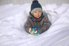 Ευτυχές αγόρι στο παιχνίδι χιονιού και την ηλιόλουστη ημέρα χαμόγελου Στοκ Εικόνα