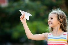 Ευτυχές αεροπλάνο εγγράφου κοριτσιών παίζοντας Στοκ εικόνα με δικαίωμα ελεύθερης χρήσης