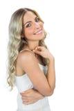 Ευτυχές αισθησιακό ξανθό χαμόγελο γυναικών Στοκ φωτογραφία με δικαίωμα ελεύθερης χρήσης