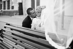 Ευτυχές ακριβώς παντρεμένο ζευγάρι σε ένα υπόβαθρο του όμορφου archi Στοκ φωτογραφίες με δικαίωμα ελεύθερης χρήσης