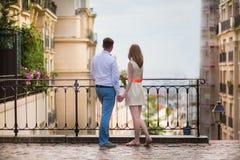Ευτυχές ακριβώς παντρεμένο ζευγάρι σε Montmarte Στοκ φωτογραφία με δικαίωμα ελεύθερης χρήσης