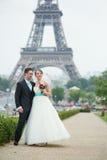 Ευτυχές ακριβώς παντρεμένο ζευγάρι στο Παρίσι Στοκ εικόνα με δικαίωμα ελεύθερης χρήσης