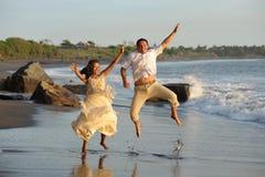Ευτυχές ακριβώς παντρεμένο νέο άλμα ζευγών Στοκ εικόνες με δικαίωμα ελεύθερης χρήσης