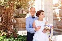 Ευτυχές ακριβώς παντρεμένο νέο γαμήλιο ζευγάρι που έχει τη διασκέδαση στο πάρκο Νύφη και νεόνυμφος μαζί, θέμα αγάπης και γάμου Στοκ φωτογραφία με δικαίωμα ελεύθερης χρήσης