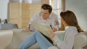 Ευτυχές ακριβώς ταξίδι μήνα του μέλιτος προγραμματισμού παντρεμένων ζευγαριών, που ελέγχει το χάρτη φιλμ μικρού μήκους