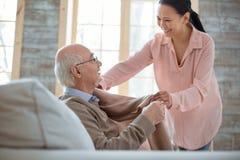 Ευτυχές ανώτερο άτομο που ζητά τη βοήθεια caregiver στοκ φωτογραφίες