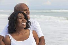 Ευτυχές ανώτερο ζεύγος αφροαμερικάνων στην παραλία στοκ εικόνα με δικαίωμα ελεύθερης χρήσης