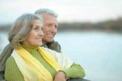 Ευτυχές ανώτερο ζεύγος κοντά στον ποταμό Στοκ Φωτογραφία