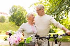 Ευτυχές ανώτερο ζεύγος με τα ποδήλατα στο θερινό πάρκο Στοκ εικόνες με δικαίωμα ελεύθερης χρήσης