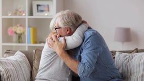 Ευτυχές ανώτερο ζεύγος που αγκαλιάζει στο σπίτι απόθεμα βίντεο