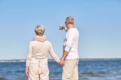 Ευτυχές ανώτερο ζεύγος στη θερινή παραλία στοκ εικόνα