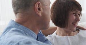 Ευτυχές ανώτερο ζεύγος στο σπίτι απόθεμα βίντεο