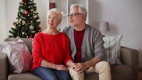 Ευτυχές ανώτερο ζεύγος στο σπίτι Χριστουγέννων απόθεμα βίντεο