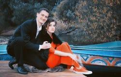ευτυχές απομονωμένο λευκό πορτρέτου αγάπης ζευγών Στοκ Εικόνες