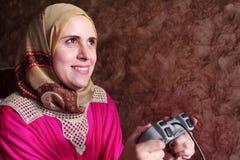 Ευτυχές αραβικό αιγυπτιακό μουσουλμανικό παίζοντας playstation γυναικών Στοκ Εικόνες