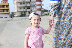 Ευτυχές αραβικό κοριτσάκι με τη μητέρα της Στοκ φωτογραφία με δικαίωμα ελεύθερης χρήσης