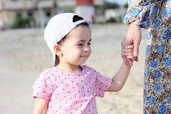 Ευτυχές αραβικό κοριτσάκι με τη μητέρα της Στοκ φωτογραφίες με δικαίωμα ελεύθερης χρήσης