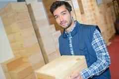 Ευτυχές αρσενικό κιβώτιο μπουκαλιών κρασιού εκμετάλλευσης υπαλλήλων σε manufactory Στοκ Εικόνα