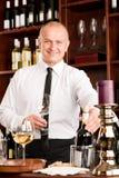 ευτυχές αρσενικό κρασί σερβιτόρων εστιατορίων ράβδων στοκ φωτογραφίες