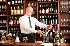 Ευτυχές αρσενικό σερβιτόρων ράβδων κρασιού στο εστιατόριο στοκ φωτογραφία
