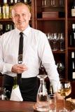 Ευτυχές αρσενικό σερβιτόρων ράβδων κρασιού στο εστιατόριο Στοκ φωτογραφίες με δικαίωμα ελεύθερης χρήσης