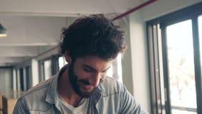 Ευτυχές αρσενικό χαμόγελο στον καφέ απόθεμα βίντεο