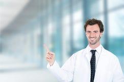 Ευτυχές αρσενικό χαμόγελο γιατρών που δείχνει με το δάχτυλο μακριά επάνω Στοκ εικόνα με δικαίωμα ελεύθερης χρήσης