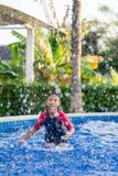 Ευτυχές ασιατικό αγόρι παιδιών που κολυμπά στην πισίνα το καλοκαίρι στοκ εικόνα με δικαίωμα ελεύθερης χρήσης