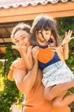 Ευτυχές ασιατικό ανυψωτικό παιδί οικογενειακών μητέρων στοκ εικόνες