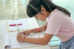 Ευτυχές ασιατικό γράψιμο παιδιών Στοκ Φωτογραφίες