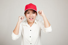 Ευτυχές ασιατικό κορίτσι με το κόκκινο καπέλο Στοκ φωτογραφία με δικαίωμα ελεύθερης χρήσης